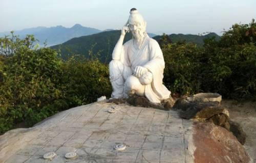 Bàn Cờ Tiên ngự mình bằng phẳng trên núi.